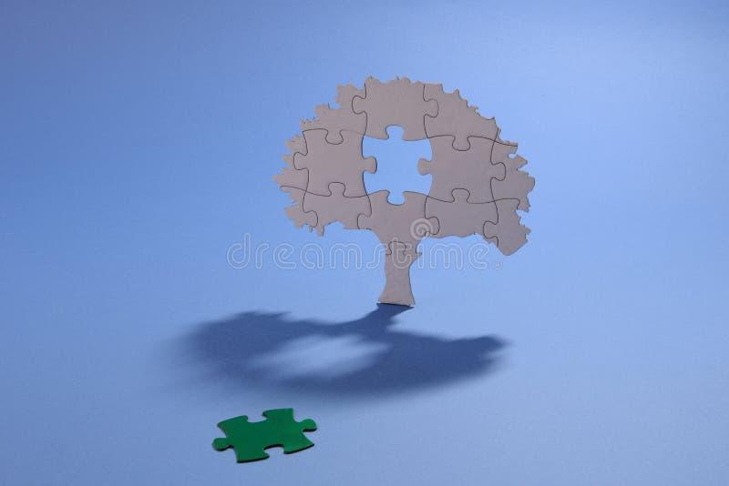 Wyrzynarki łamigłówki drzewo z zielonym chybianie kawałkiem obrazy stock