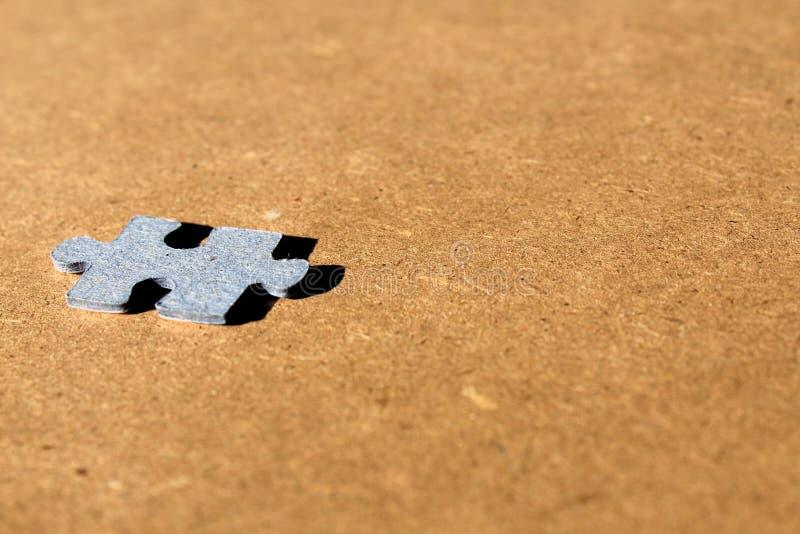 Wyrzynarki łamigłówki kartonu kawałki widzieć w perspektywie na drewnianym brown tle zdjęcia royalty free