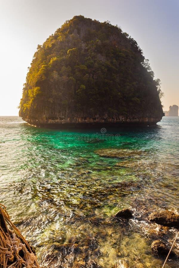 Download Wysepka w majowie zatoce obraz stock. Obraz złożonej z rafa - 53779143