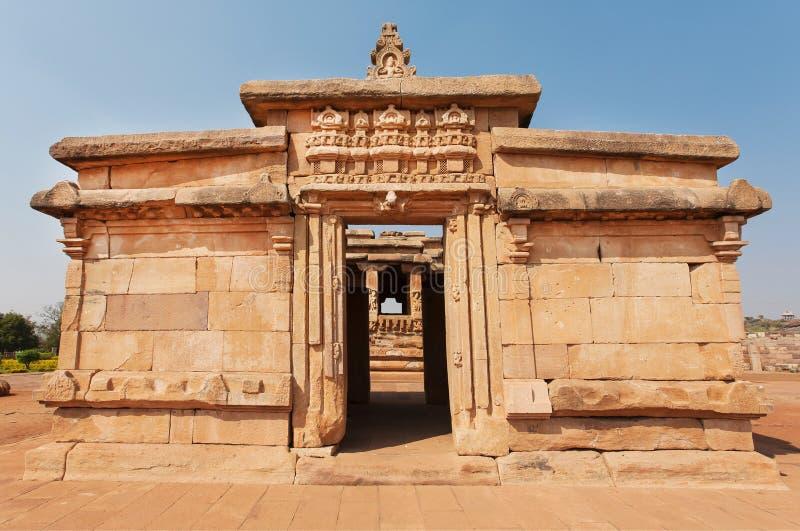 Wysklepia inside 7th wieka ceglana świątynia, średniowiecznej ery Hinduska świątynia w Aihole, India grafika antyczny hindus zdjęcie stock