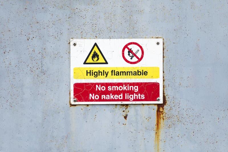 Wysoce flammable palenie zabronione żadny nagi światła niebezpieczeństwa znak fotografia royalty free