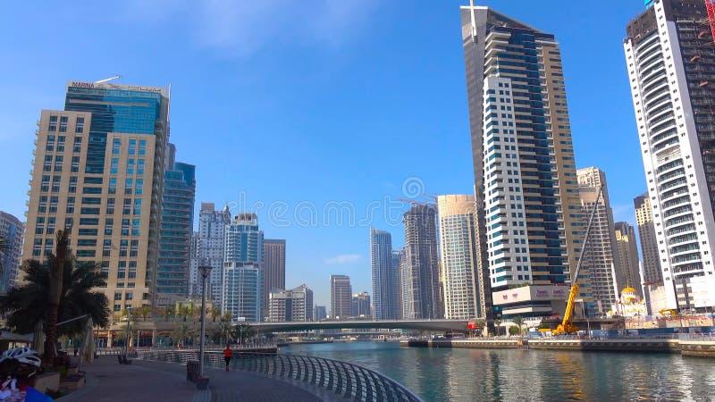 Wysocy drapacze chmur nowożytny, wielkomiejski pejzażu miejskiego wierza nad, piękną, białą, piaskowatą plażą na ciepłym, słonecz zdjęcie stock
