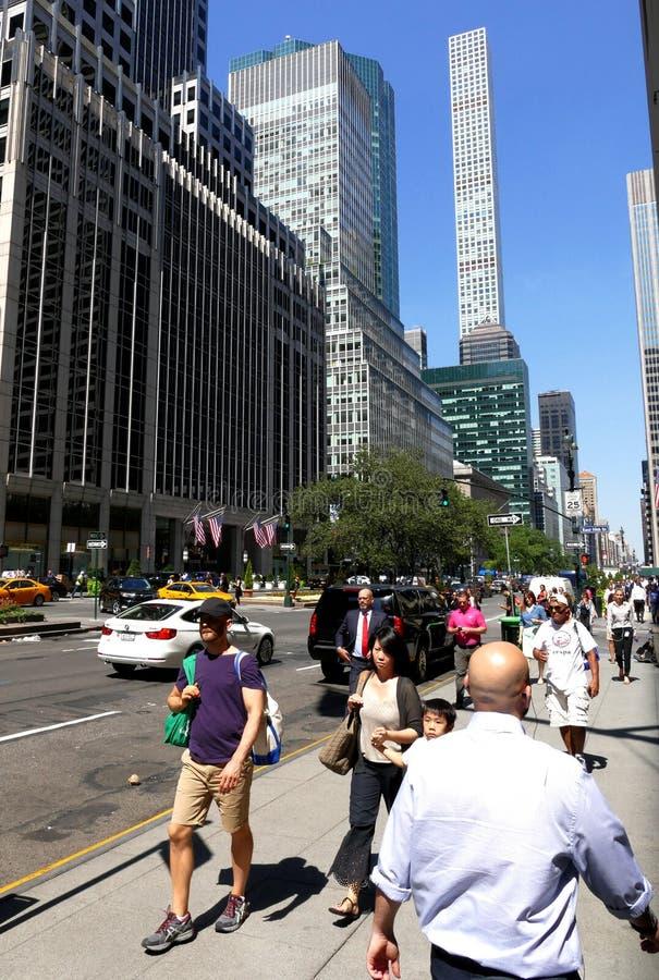 Wysocy drapacze chmur strzelający od ulicznej perspektywy fotografia stock
