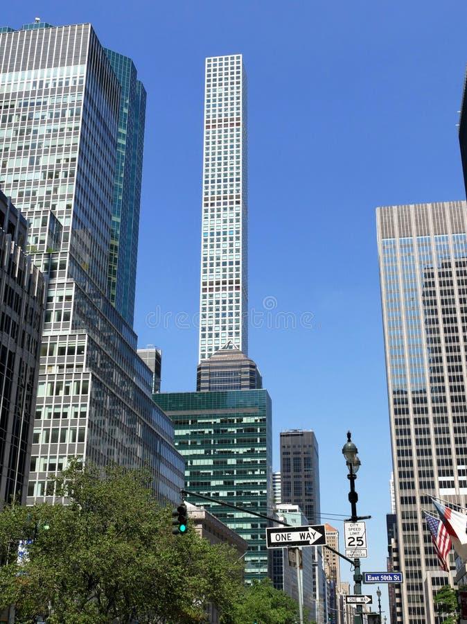 Wysocy drapacze chmur strzelający od ulicznej perspektywy obraz royalty free