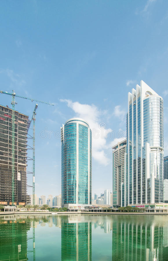 Wysocy drapacze chmur w Dubaj blisko nawadniają zdjęcia royalty free