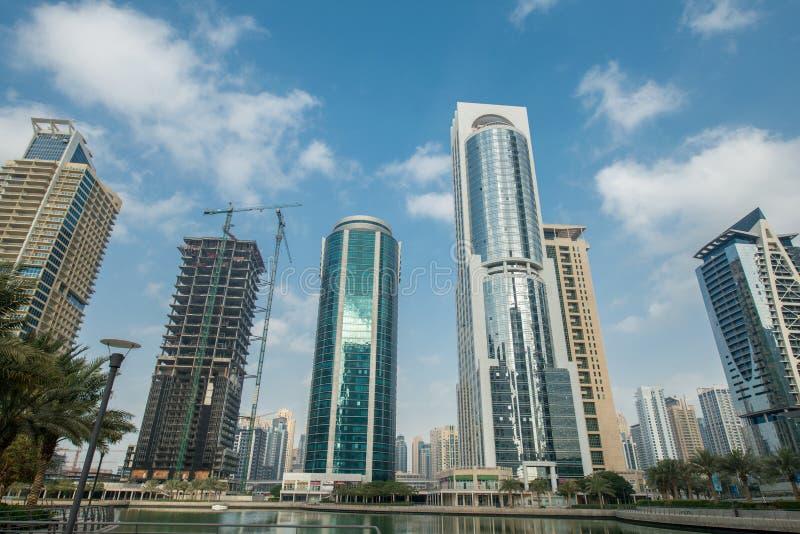 Wysocy drapacze chmur w Dubaj blisko nawadniają zdjęcie royalty free