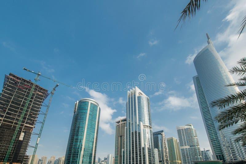 Wysocy drapacze chmur w Dubaj blisko nawadniają zdjęcie stock