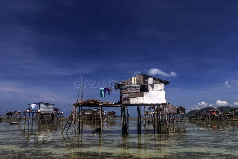 Wysocy Drewniani domy na morzu Bajau ludzie Malezja fotografia royalty free