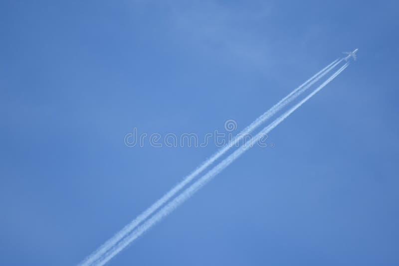 Wysocy 474 latania dżetowy samolot zdjęcia stock