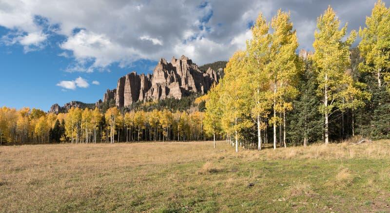 Wysocy mesa pinakle w Cimarron dolinie Kolorado obrazy stock