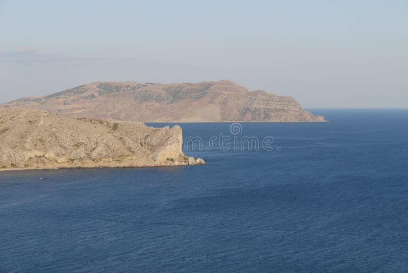 Wysocy piaskowaci półwysepi po środku bezbrzeżnego morza zdjęcia royalty free