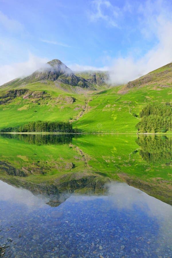 Wysocy przełazów relections, Buttermere, Cumbria zdjęcia stock