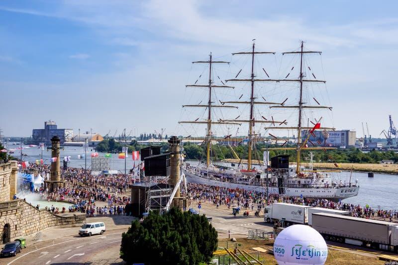 Wysocy statki Ścigają się, wysoki statek Dar Mlodzierzy w schronieniu, tłumy turyści fotografia stock