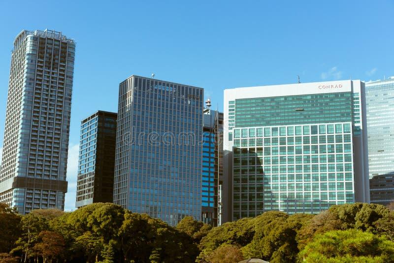 Wysocy wieżowowie widzieć od Hamarikyu ogródów w Tokio, Japonia zdjęcia stock