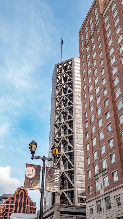 Wysocy wzrostów budynki w St Louis śródmieściu - ST LOUIS, usa - CZERWIEC 19, 2019 fotografia stock