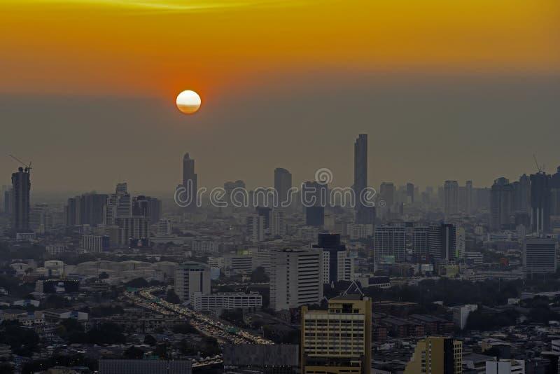 Wysocy wzrost?w budynki przy ?r?dmie?ciem w Bangkok Tajlandia w wiecz?r zdjęcie royalty free
