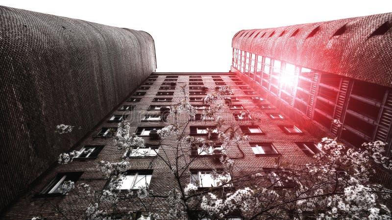 Wysoka ściana z cegieł budynek mieszkalny w Moskwa z białym che zdjęcia royalty free
