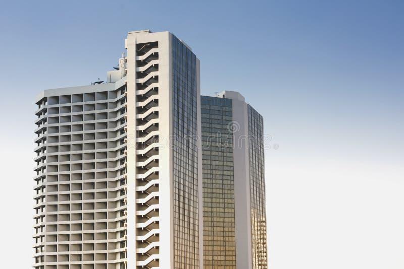 Wysoka budynek architektura przeciw chmurnemu niebu zdjęcie stock
