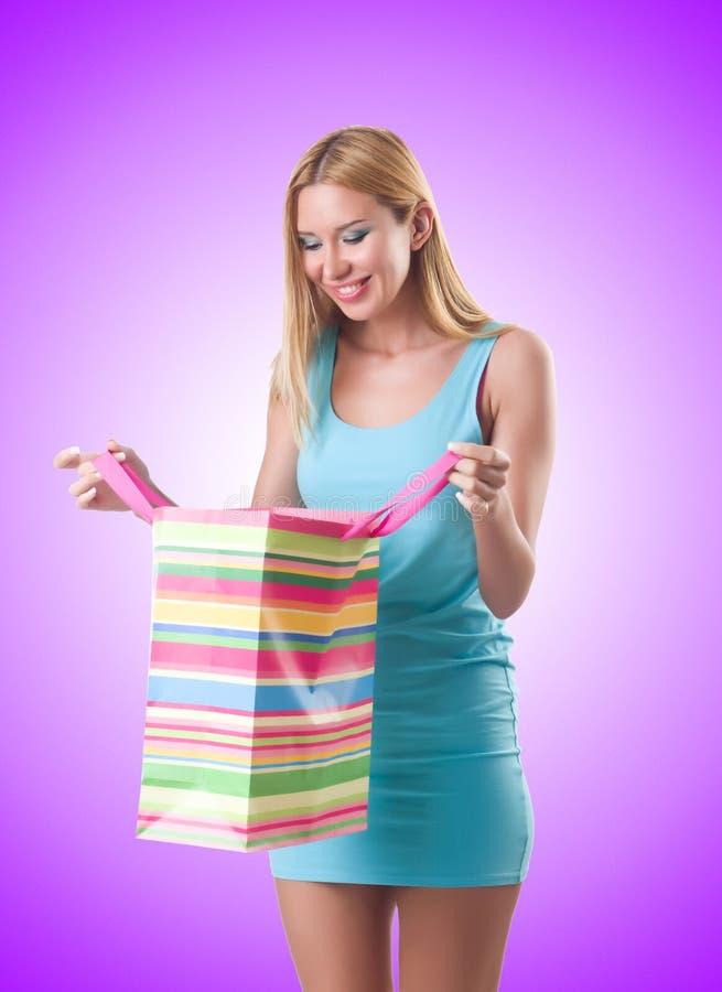 Wysoka dziewczyna po dobry robić zakupy na bielu zdjęcia stock