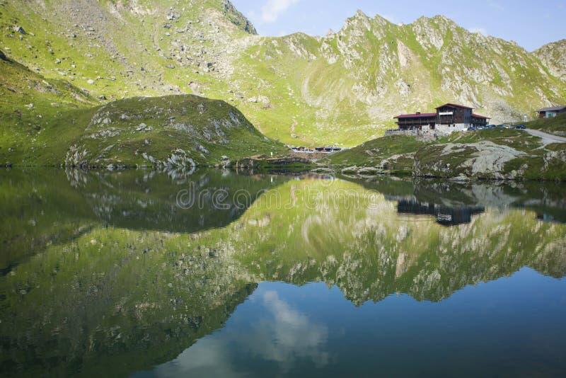 Wysoka góra krajobraz z lodowa jeziorem obraz stock