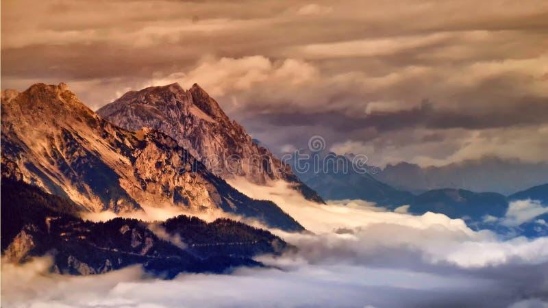 Wysoka góra osiąga szczyt wydźwignięcie od mgły w dolinie obraz stock