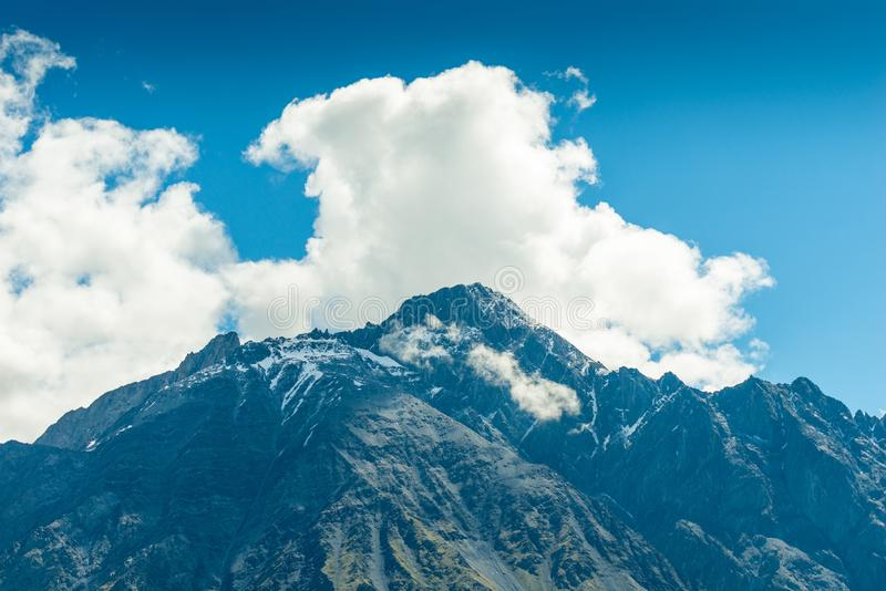 wysoka góra szczyty i chmury, piękny góra krajobraz na słonecznym dniu caucasus zdjęcie stock