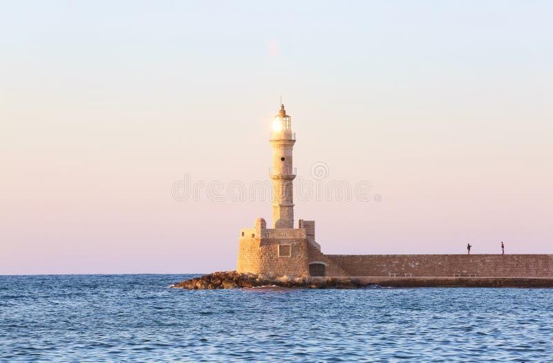 Wysoka, piękna, antyczna latarnia morska robić cegły, Fenomenalny zmierzch zaświeca niebo Turystyczny kurort Chania, Grecja fotografia stock