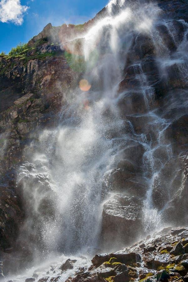 Wysoka potężna siklawa w góra strzale blisko dna obrazy royalty free