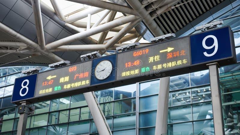 Wysoka prędkości stacja kolejowa podpisuje i kierunki, Chiny obrazy royalty free