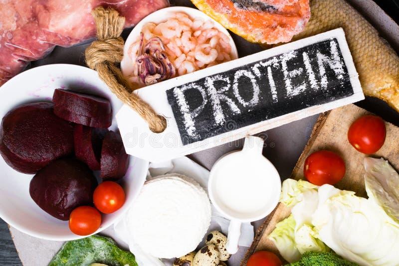 Wysoka - proteinowy jedzenie - ryba, mięso, denna podrożec, garnele, jajka, kapusta, burak, brokuły, szpinak, pomidory, avokado,  obrazy royalty free