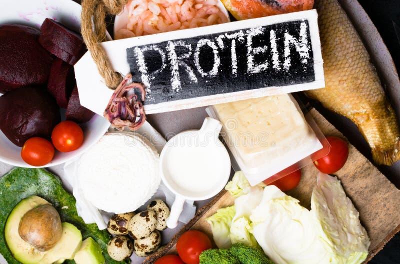 Wysoka - proteinowy jedzenie - ryba, mięso, denna podrożec, garnele, jajka, kapusta, burak, brokuły, szpinak, pomidory, avokado,  fotografia royalty free