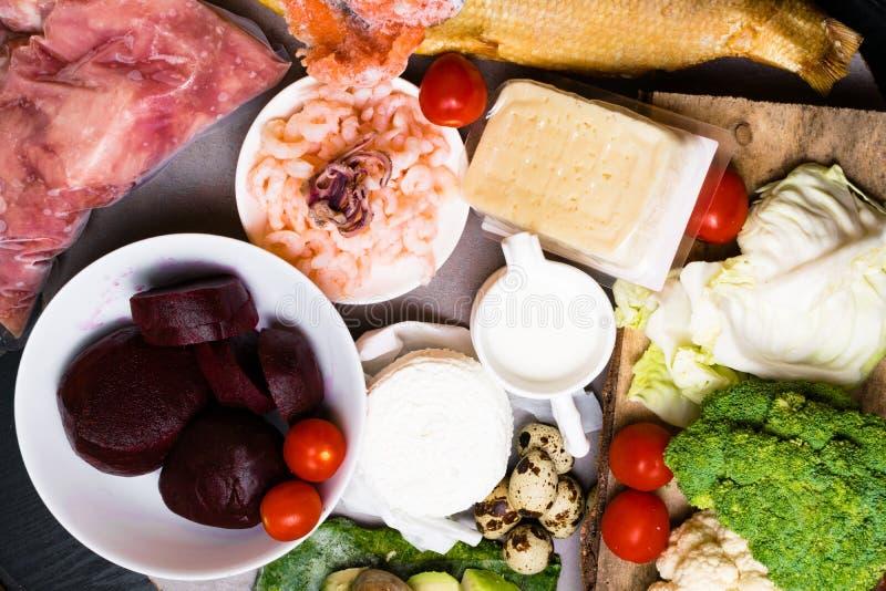 Wysoka - proteinowy jedzenie - ryba, mięso, denna podrożec, garnele, jajka, kapusta, burak, brokuły, szpinak, pomidory, avokado,  zdjęcia stock