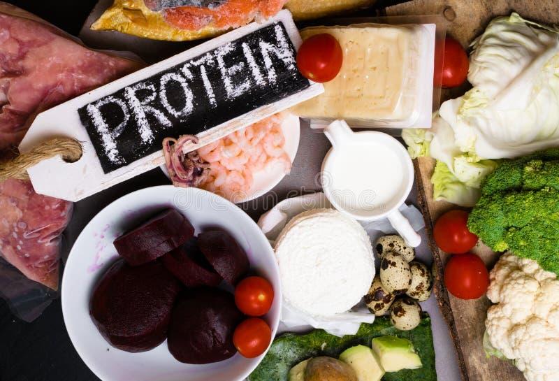 Wysoka - proteinowy jedzenie - ryba, mięso, denna podrożec, garnele, jajka, kapusta, burak, brokuły, szpinak, pomidory, avokado,  obraz stock