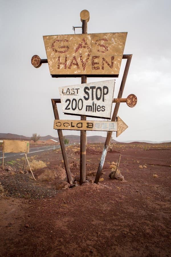 Wysoka rocznika gazu znaka pozycja w pustyni fotografia royalty free