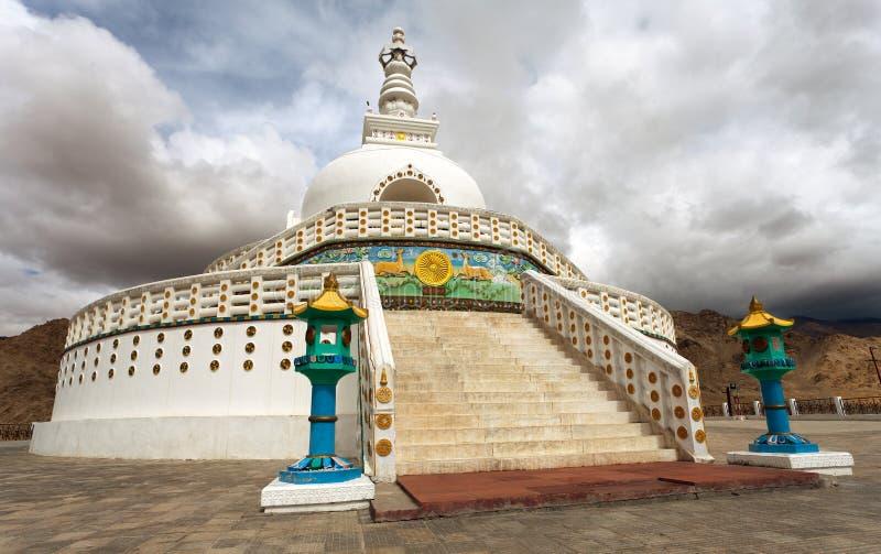 Wysoka Shanti stupa blisko Leh, Jammu i Kaszmir - zdjęcie royalty free