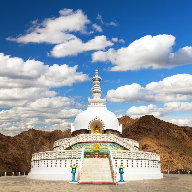 Wysoka Shanti stupa z pi?knym niebem, Leh, Ladakh, India zdjęcie royalty free