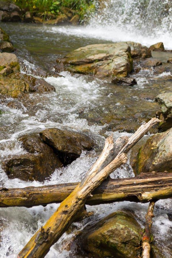 Wysoka siklawa w górach Altai z rozpryskanym dr fotografia royalty free