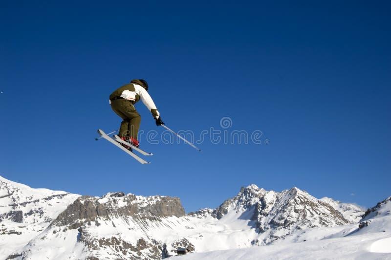 wysoka skakająca narciarka lotnicza obraz stock