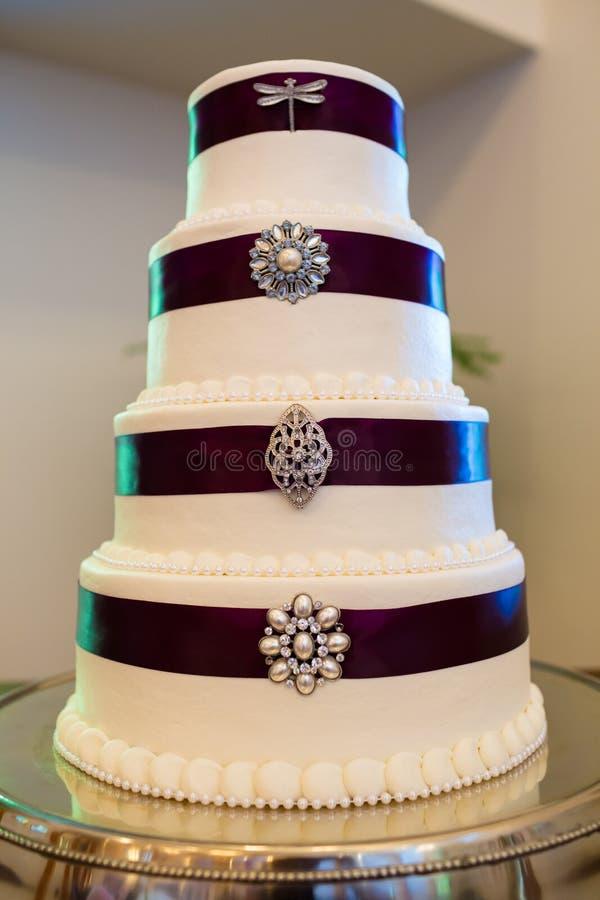 Wysoki Ślubny tort Z broszkami zdjęcie stock