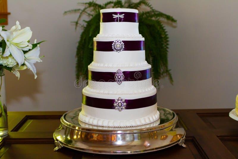 Wysoki Ślubny tort Z broszkami obrazy stock
