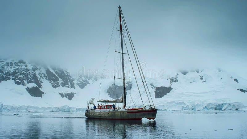 Wysoki żeglowanie statek w Antarctica zdjęcie stock