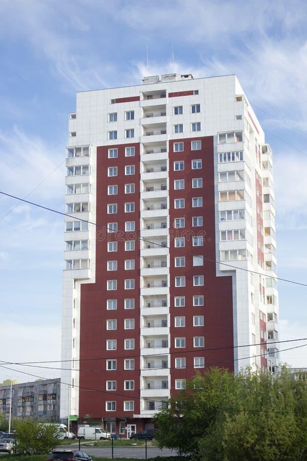 Wysoki biel - brązu dom przeciw niebieskiemu niebu fotografia royalty free