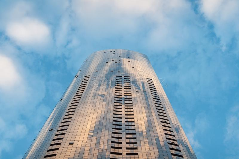 Wysoki biurowy drapacz chmur budynek z pięknym niebem na tle zdjęcia royalty free
