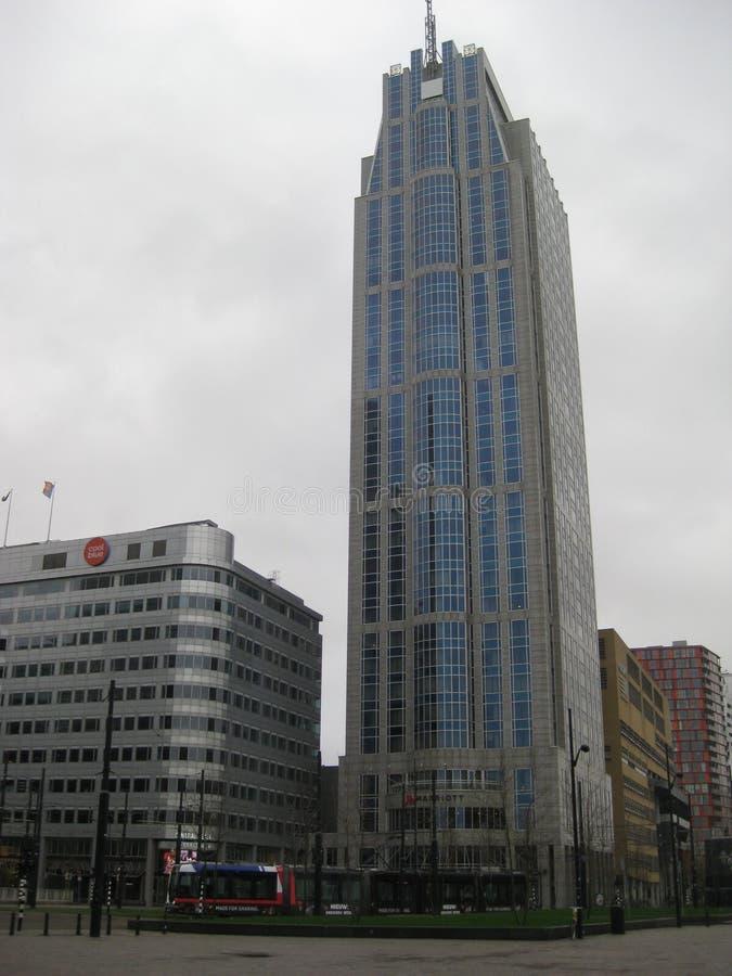 Wysoki budynek biurowy lokalizujący blisko środkowej stacji w Rotterdam holandie zdjęcia royalty free