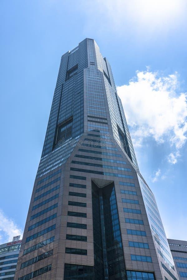 Wysoki budynek z nieba tłem fotografia stock