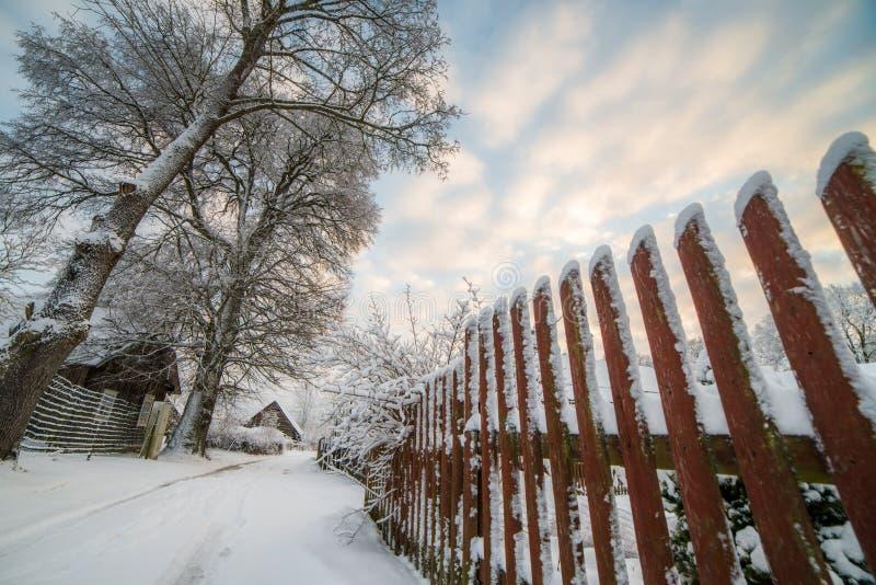 Wysoki drewniany ogrodzenie w zimie fotografia stock