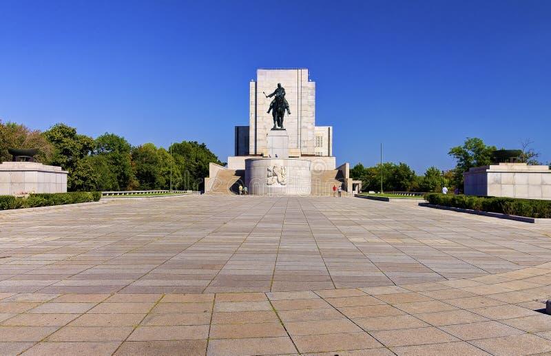 Wysoki dynamicznego asortymentu wizerunek Jan Zizka statua na Vitkov wzgórzu duża equestrian statua w świacie (HDR) zdjęcie royalty free