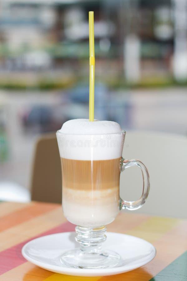 Wysoki filiżanki kawy latte z wipped śmietanką obrazy stock