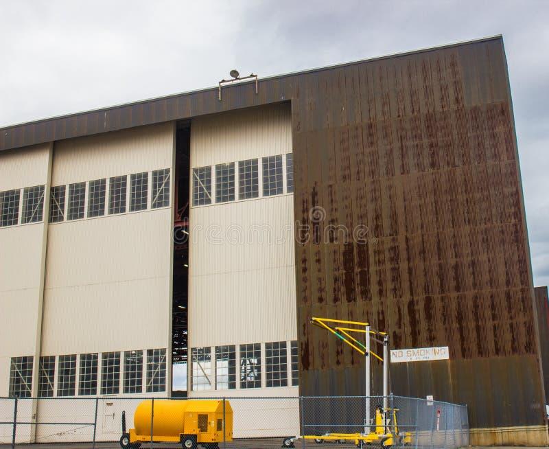 Wysoki hangaru drzwi Przy Lotniskowym utrzymanie budynkiem zdjęcia stock
