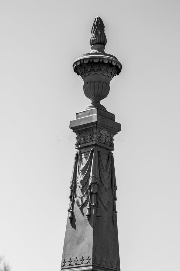 Wysoki headstone w cmentarnianym filarze fotografia stock
